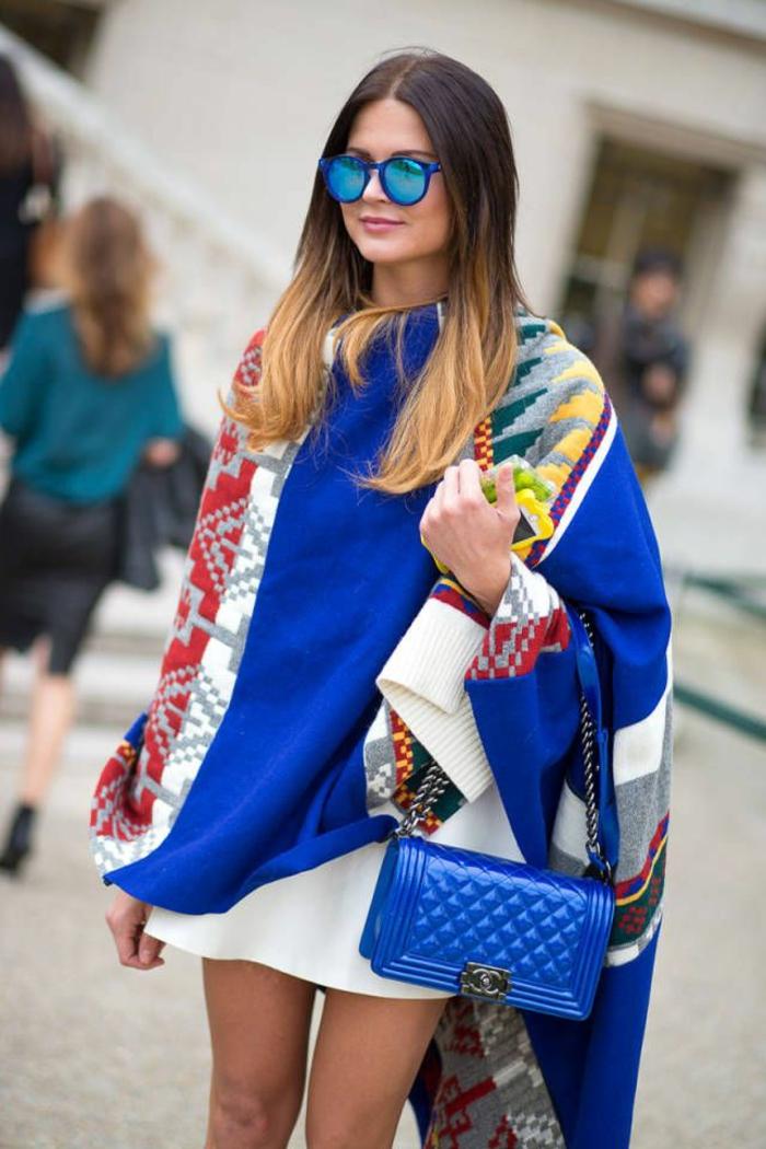 Poncho-Jacke-Chanel-Tasche-Sonnenbrille-blauer-Outfit
