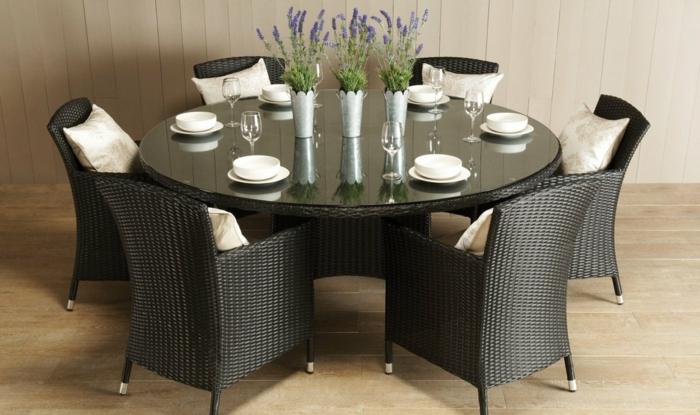 Rattanmöbel-Set-Esstisch-rund-gläserne-Tischplatte-Rattamstühle-einfaches-Design-Shcalen-Teller.Tischdekoration-Lavendel