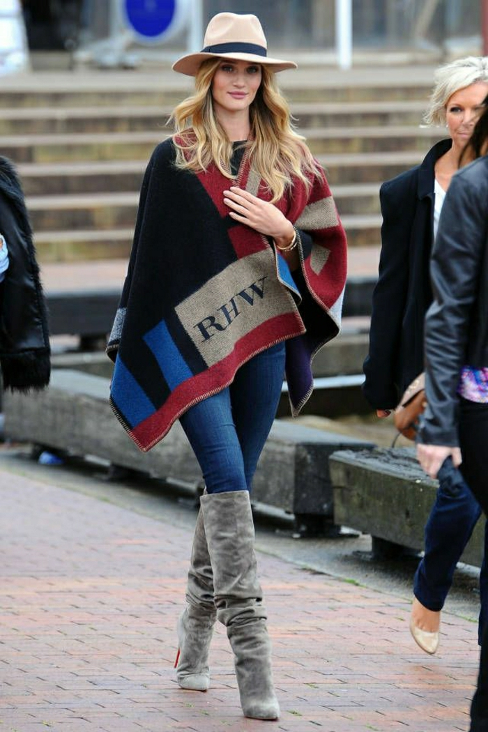 Rosie-Huntington-Whiteley-Burberry-Cape-Mantel-Hut