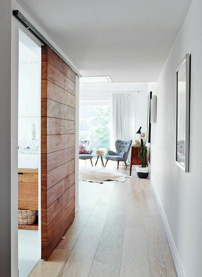 Schiebetür-Massivholz-Badezimmer-Eingang-moderne-Wohnung-schlichtes-Design