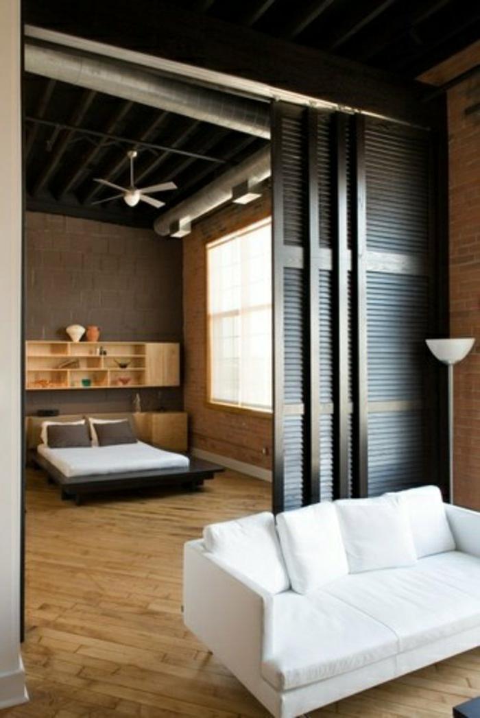 Schiebetüren-Raumteiler-Rolladen-ähnlich-Stehlampe-weißes-Sofa-Schlafzimmer-elegantes-Bett
