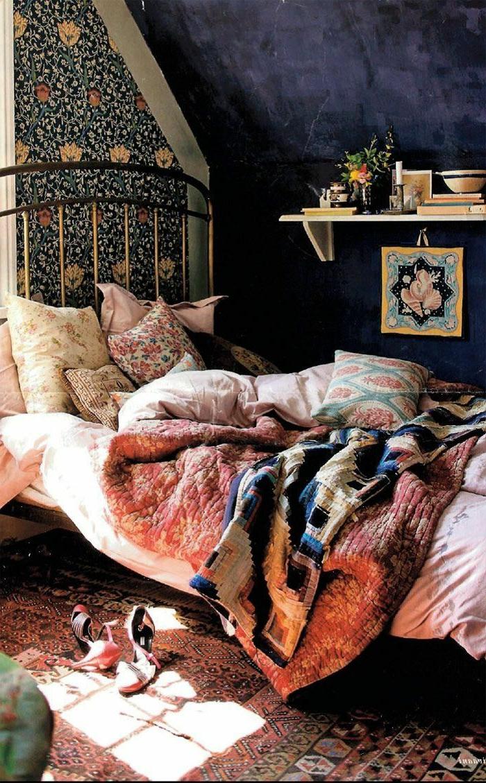 Schlafzimmer-Boho-Stil-schöne-Bettwäsche-Dekoration-Bild-Bücher