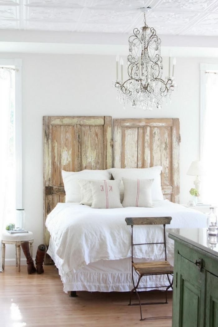 Schlafzimmer-möbel-landhausstil-weiße-Bettwäsche-Kristalle-Kronleuchter