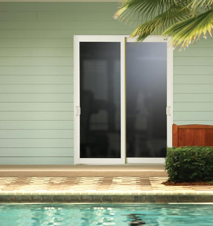 Schwimmbad-Schiebetüren-mattes-Glas-Palmen-exotische-Atmosphäre