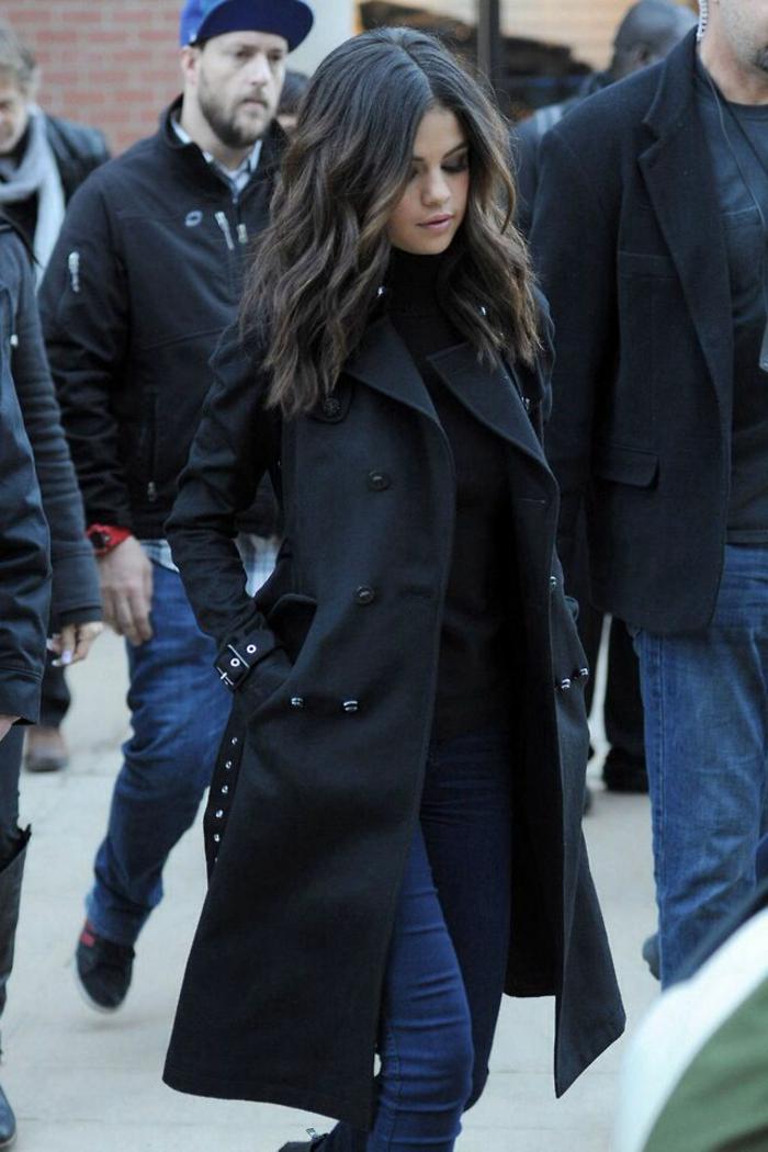 Selena-Gomez-schwarzer-Mantel-Jeans