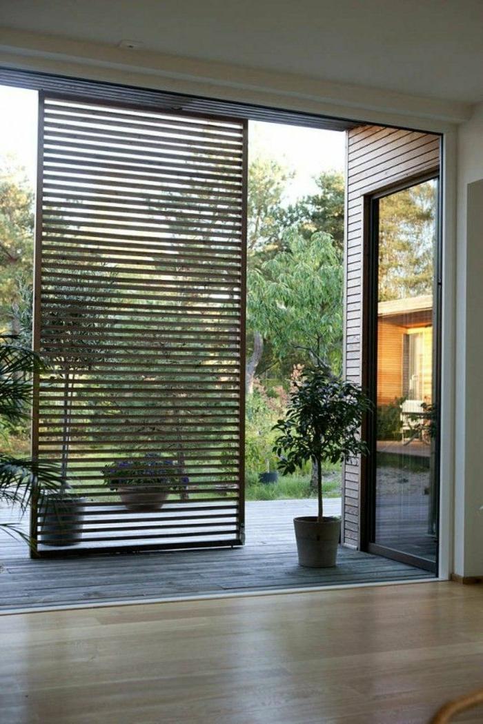Sommerhaus-Tür-Leisten-interessantes-Design-Topfpflanzen