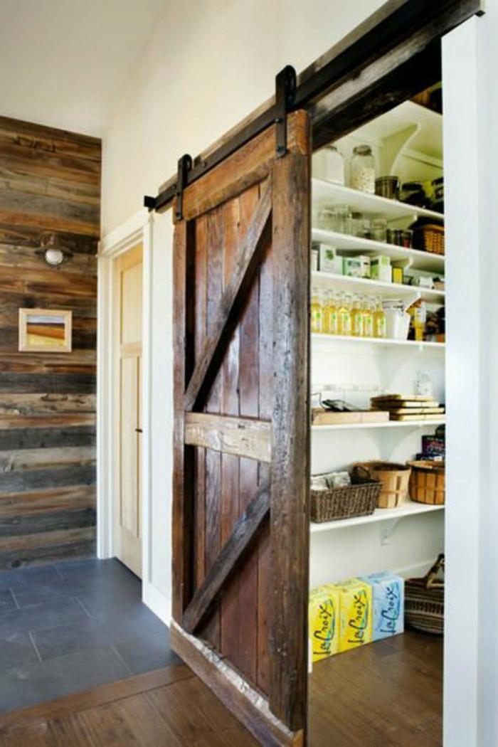 Speisekammer-Nahrungsmittel-rustikale-hölzerne-Tür