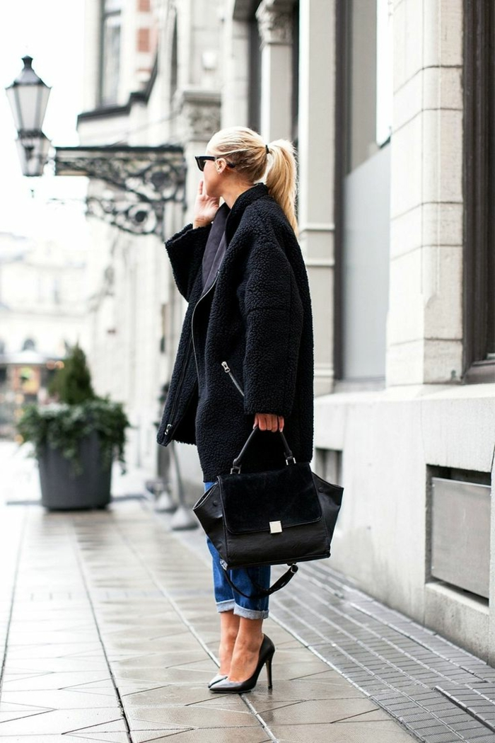 Straße-Mädchen-extravaganter-Mantel-Jeans-schwarze-Schuhe-Absatz