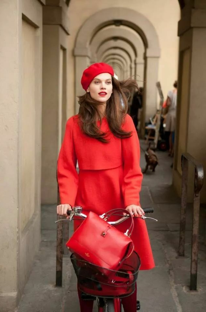 Straßenmode-eleganter-roter-Outfit-französischer-Stil-rote-mütze-Fahrrad