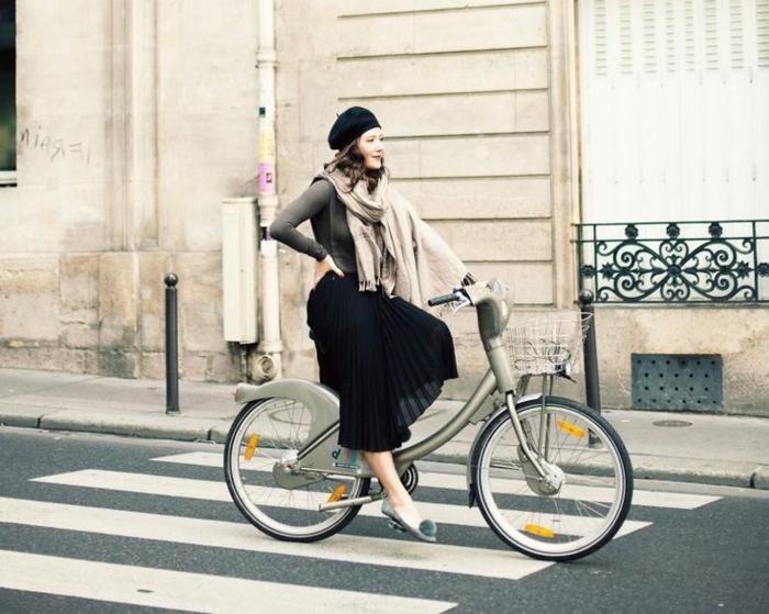 Straßenmode-französischer-Stil-Mädchen-Fahrrad-schwarzer-Rock-Halstuch-schwarzes-Barett-französische-Mütze