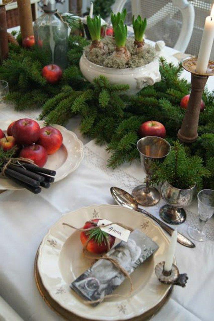 Tischdeko-zu-Weihnachten-Äpfel-Tannenzweige-Kerzen