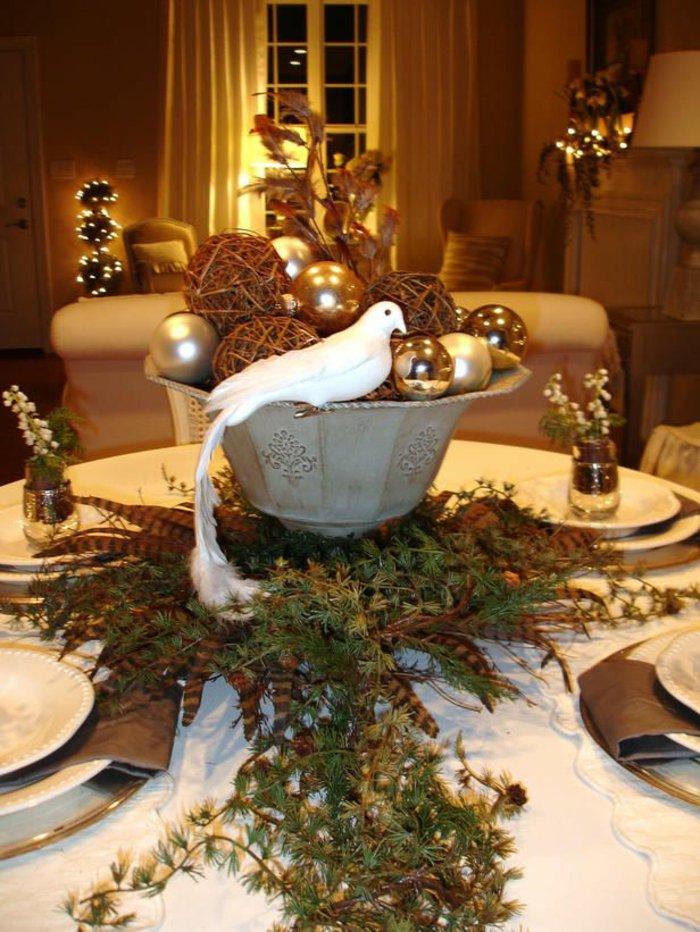 Tischdeko-zu-Weihnachten-eleganter-Schmuck-weiße-dekorative-Taube-Tannenzweige