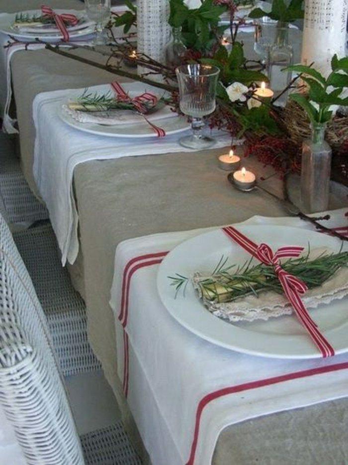 Tischdeko-zu-Weihnachten-silvoll-Kerzen-Tannenzweige-hübsche-Bänder