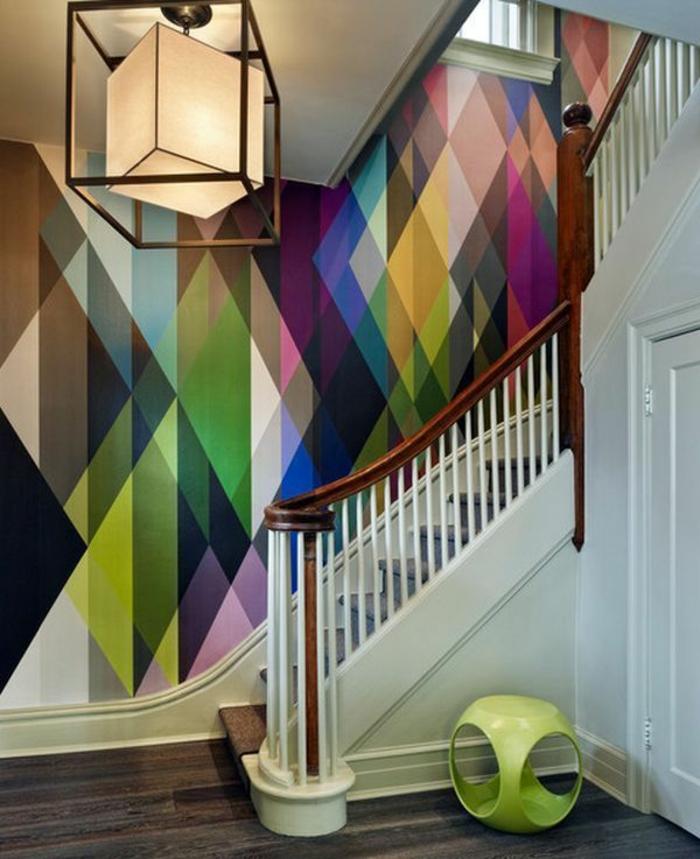 Treppen-bunte-Tapeten-graphisches-Muster-geometrische-Formen-interessante-Designer-Lampe