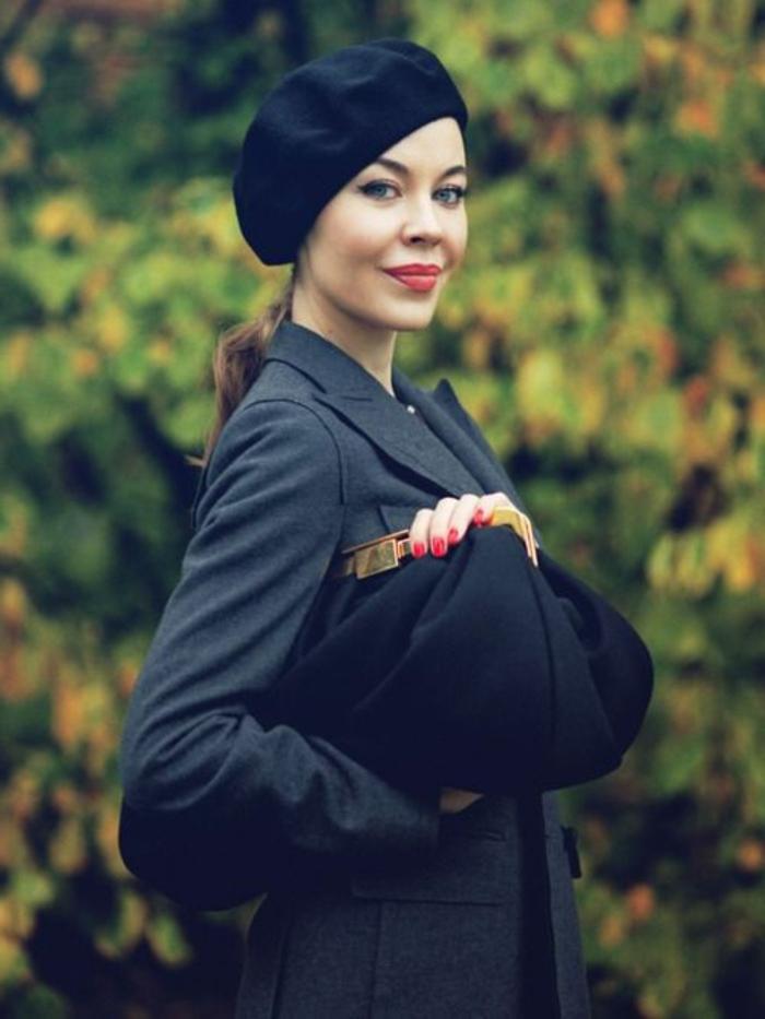 Ulyana-Sergeenko-Foto-stilvoll-schick-Clutch-roter-Nagellack-roter-Lippenstift-schwarze-Mütze