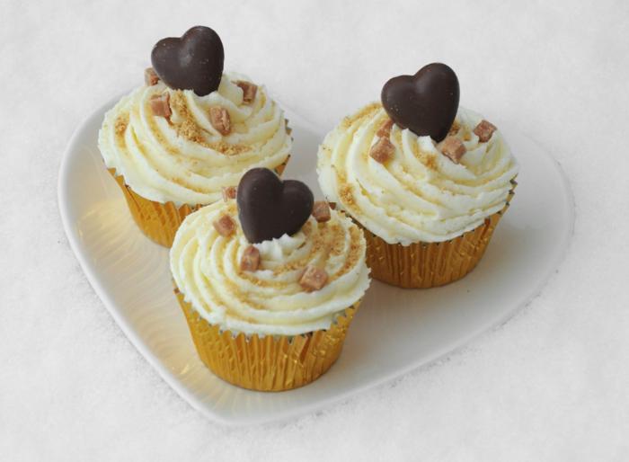 Valentinstag-romantische-Idee-Cupcakes-Vanille-Creme-Schokoladenherze-Nüsse-Sprinkles-Dekoration