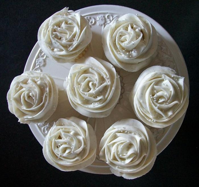 Vanille-Buttermilch-Cupcakes-Rosen-Form-schön-attraktiv