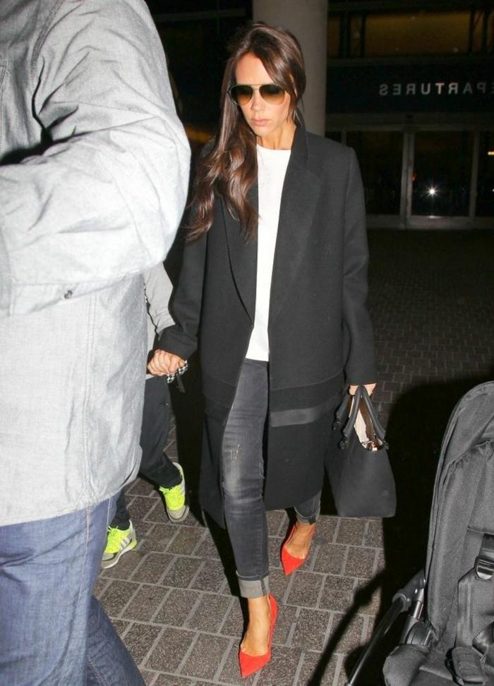 Victoria-Beckham-eleganter-Outfit-schwarzer-Mantel-schickes-Modell-Jeans-tomatenrote-Schuhe