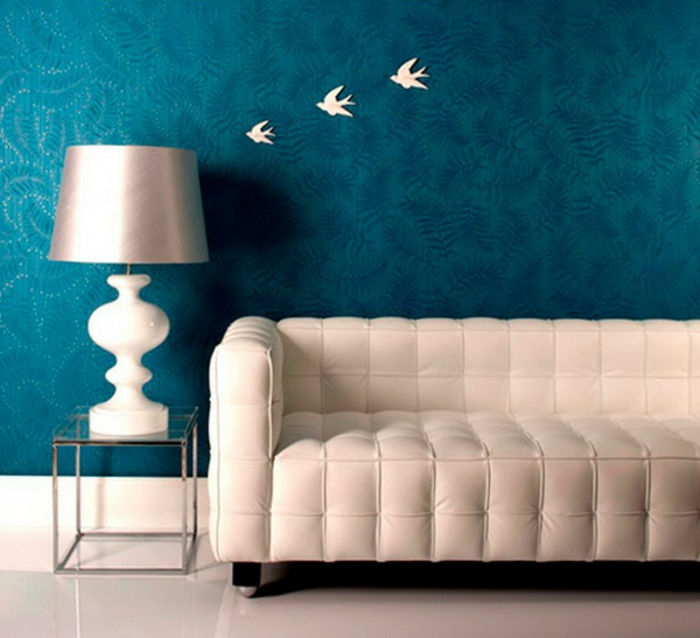 Wandgestaltung-Wohnzimmer-in-blau-weiß-vögel