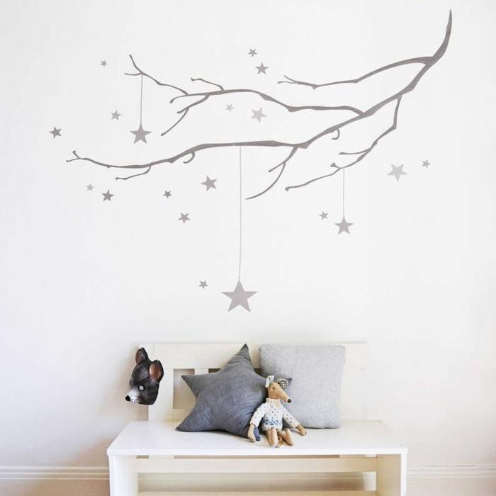 Wandtattoos-für-kinderzimmer-Äste-Sterne-Plüschtier-Kissen-weiße-Wände