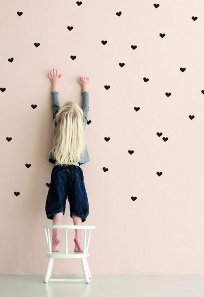 Wandtattoos-für-kinderzimmer-schwarze-Herzen-rosa-Wand