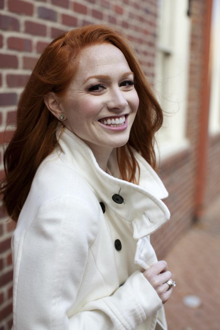 Wintermantel-damen-schwarze-Knöpfe-Frau-rote-Haare