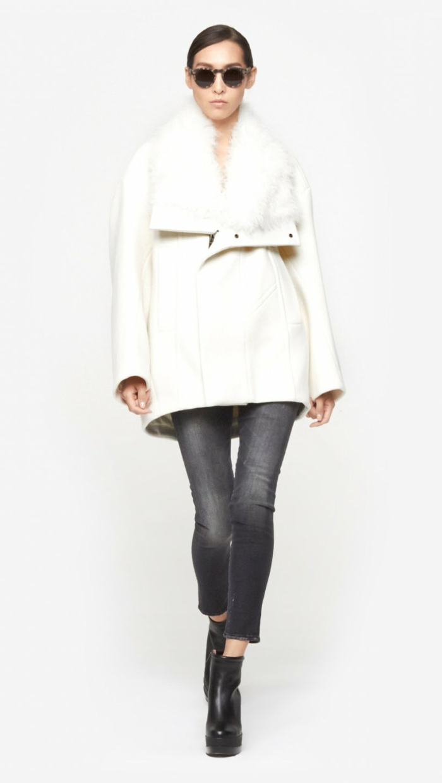 Wintermantel-damen-weiß-Jeans-Sonnenbrille