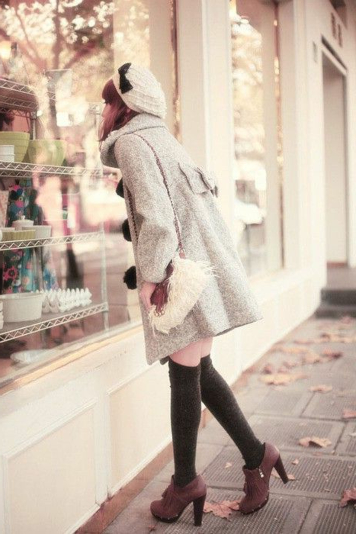 Wintermode-Straßenmode-Mantel-schickes-Modell-Tasche-kokette-Mütze-schwarzes-Band