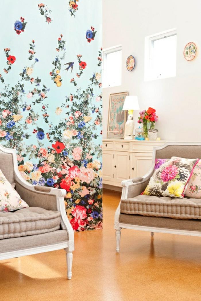 Wohnzimmer-Tapeten-florale-Motive-beige-Sofas.aristokratisches-Modell