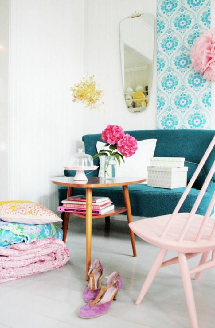 Wohnzimmer-romantische-Ausstattung-weiches-ofa-rosa-Stuhl-Blumen-Hocker-Kaffeetisch-Bettwäsche-kokette-Schuhe-Bücher-moderne-blaue-Tapeten