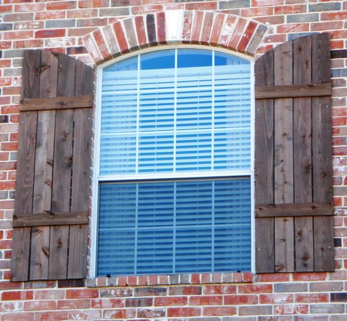 Ziegelwand-Fenster-Rolladen-hölzerne-Läden