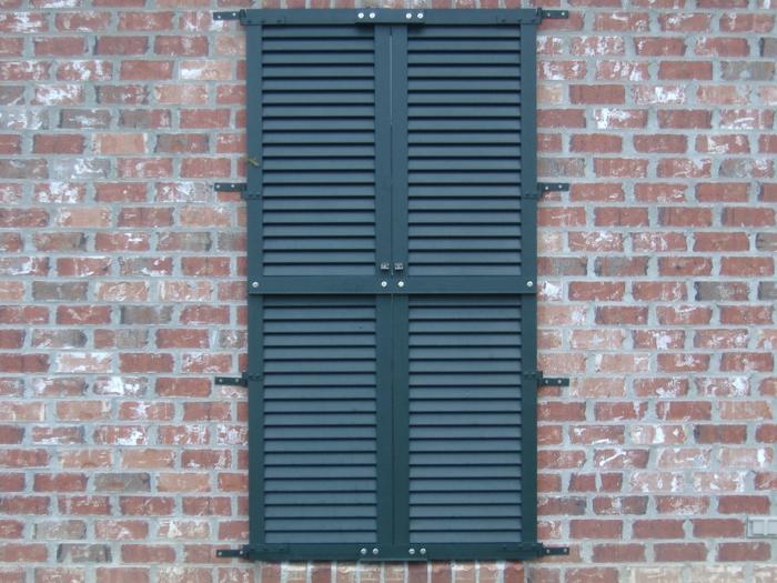 Ziegelwand-dunkler-Fensterladen-simples-Design