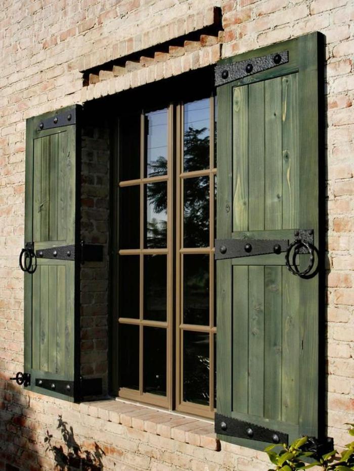 Ziegelwand-grüne-Fensterläden-Holz