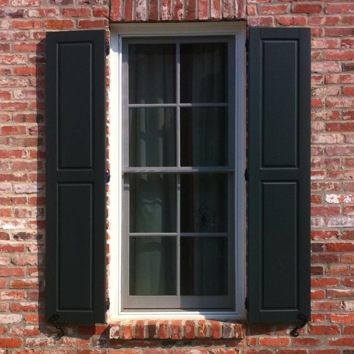 Ziegelwand-schwarzer-Fensterladen-klassisches-Modell