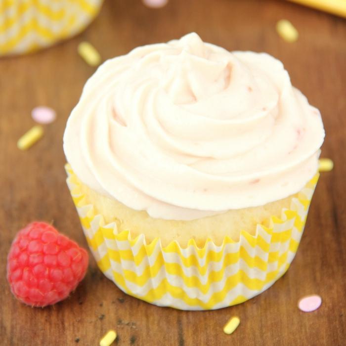 Zitronen-Cupcakes-Himbeeren-Vanille-Yogurt-Frosting