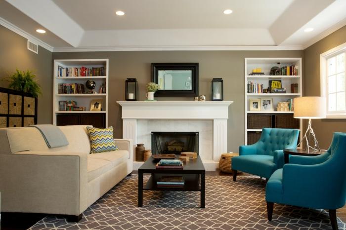 wohnzimmer afrika deko:weißes kamin und blaue sessel – afrikanische deko