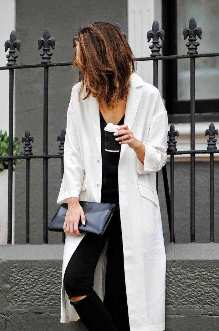 alltäglicher-Outfit-langer-Mantel-weiß-Jeans-Clutch-Kaffee-Becher
