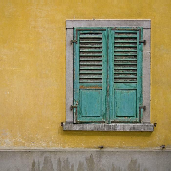 altes-Gebäude-geschlossenes-Fenster-türkis-grüne-Läden