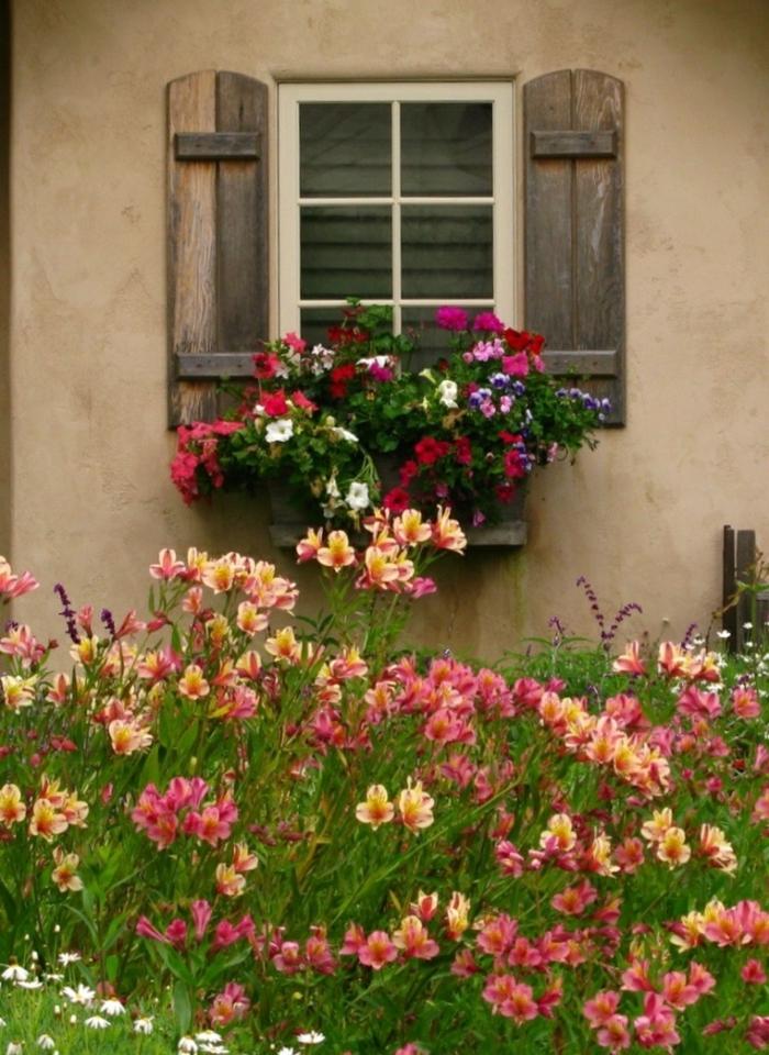 altes-Haus-Garten-schöne-Blumen-Fensterladen-Holz