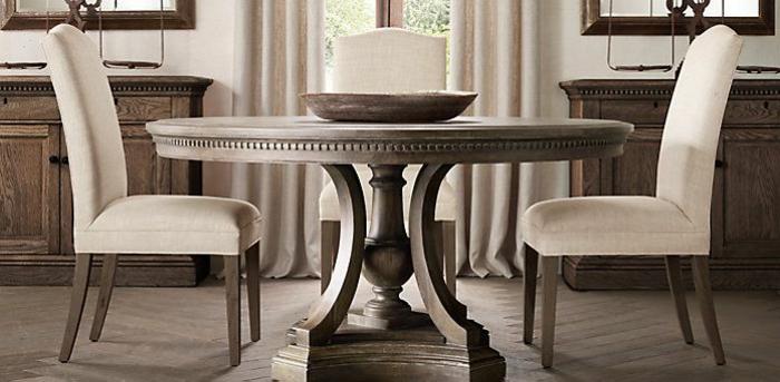 antike-Gestaltung-runder-Tisch-weiße-Stühle-Samt-exquisit-elegant