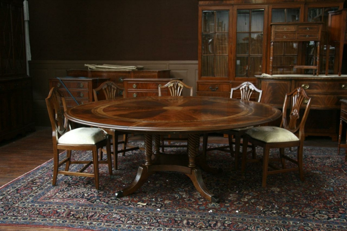 aristokratische-Möbel-runder-Holztisch-Stühle-persische-Teppich