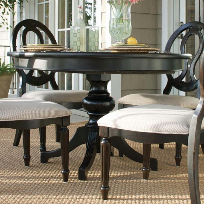 aristokratische-Möbel-schwarzer-Esstisch-rund-Stühle-elegantes-Design-Vase-Zitrone