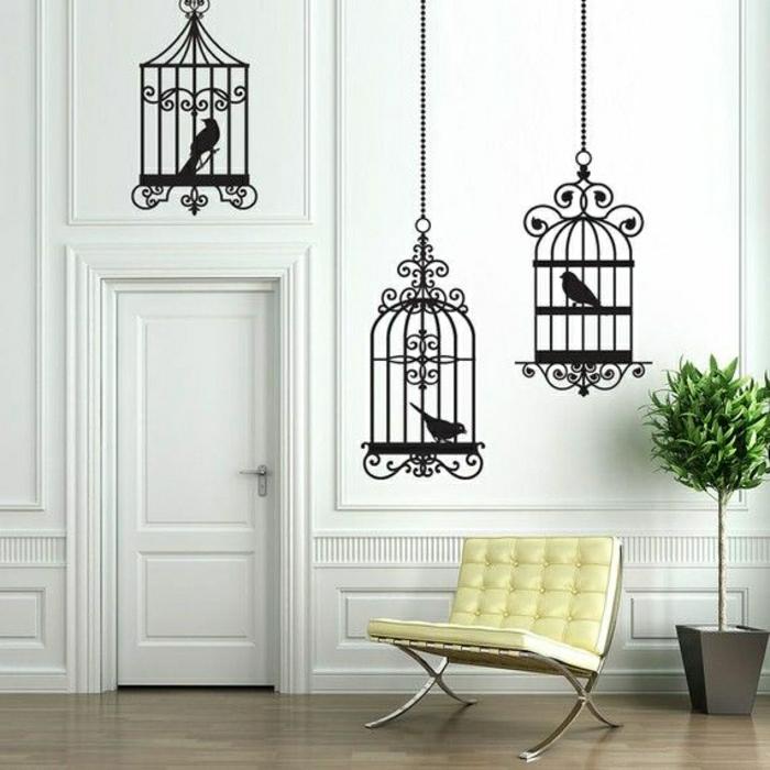 aristokratische-Zimmer-Gestaltung-gelber-Sessel-coole-Wandtattoos-Vögelkäfige