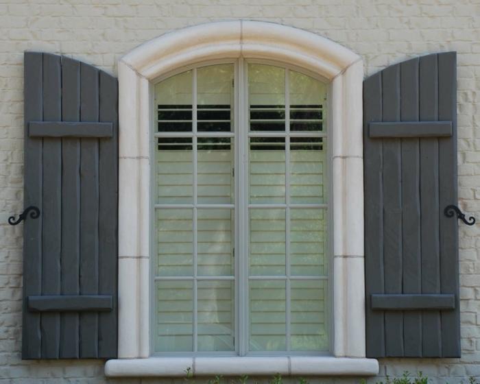 aristokratisches-Gebäude-Ziegel-graue-Fensterläden