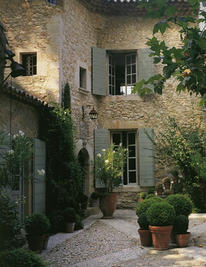 aristokratisches-Haus-große-Fenster-Läden