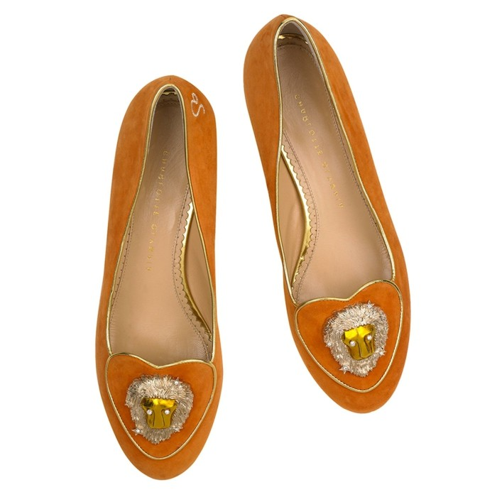 attraktiver-look-fuer-rotes-kleid-exclusive-schuhe-mit-leo-dekoration-orangenschuhe-rot-golden