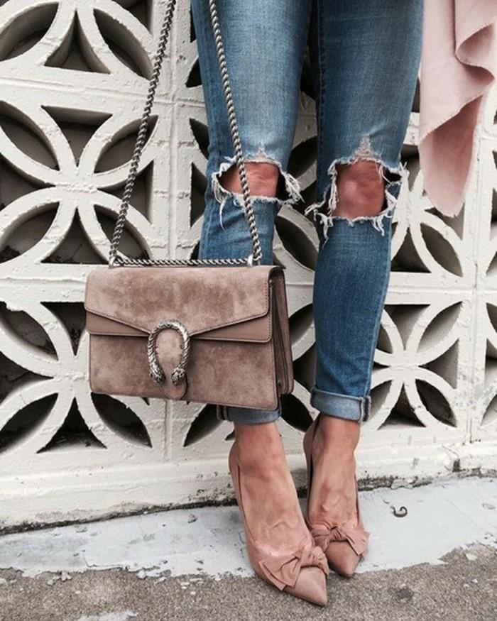 attraktiver-look-fuer-rotes-kleid-gucci-bag-tasche-und-schuhe-aneinanderpassen-eignen-sich-fuer-jeans-oder-kleid