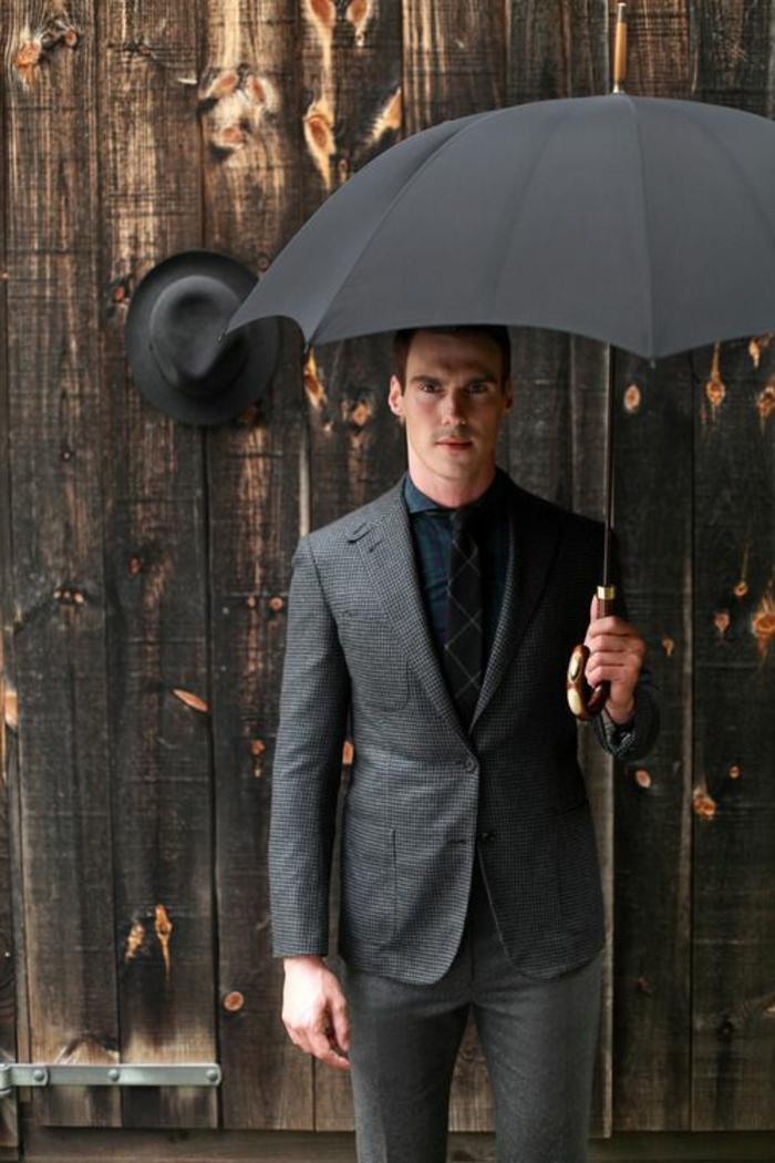 ausgefallene-regenschirme-eleganter-man-in-anzug