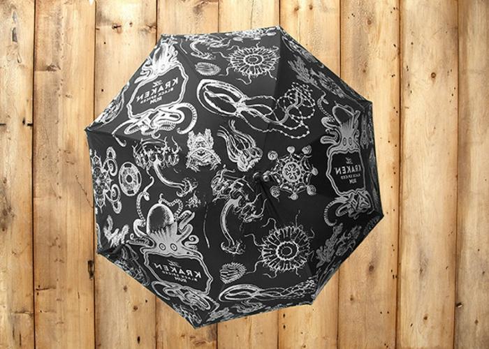 ausgefallene-regenschirme-foto-von-oben-genommen