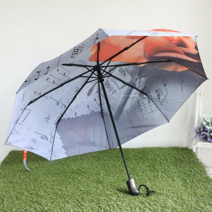 ausgefallene-regenschirme-modell-auf-dem-grünen-gras